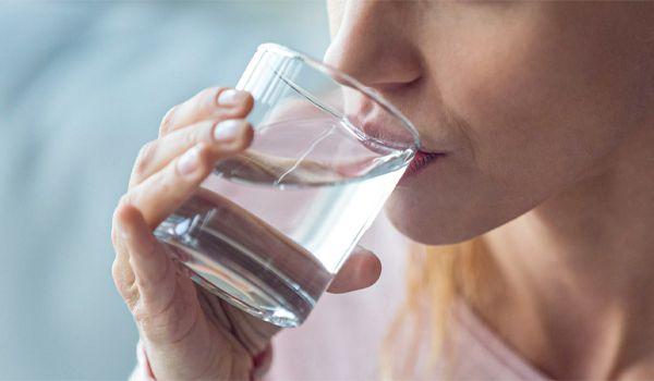 فوائد شرب الماء الساخن قبل النوم للتخسيس